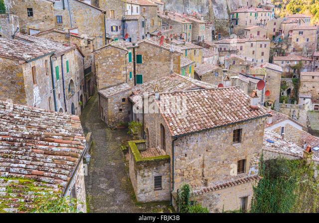 Mittelalterliche Gebäude der etruskischen Stadt Sorano. Stockbild