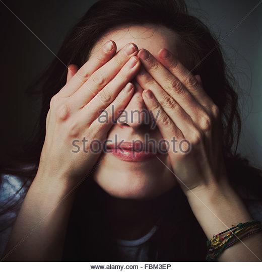 Frau Deckung Auge mit Gesicht Stockbild