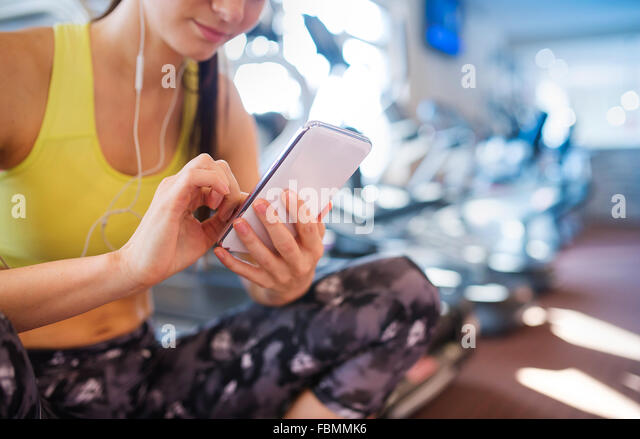 Schöne Frau im Fitness-Studio Stockbild
