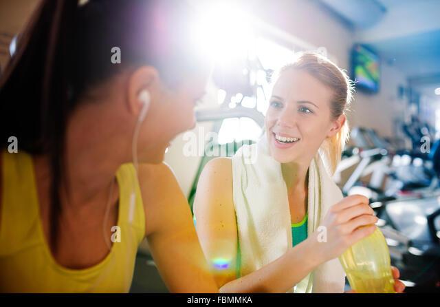Schöne Frauen im Fitness-Studio Stockbild