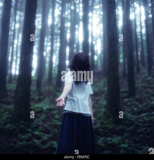 Einsame Frau im Wald Stockbild