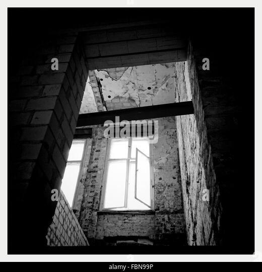 Niedrigen Winkel Ansicht des Fensters im verlassenen Haus Stockbild