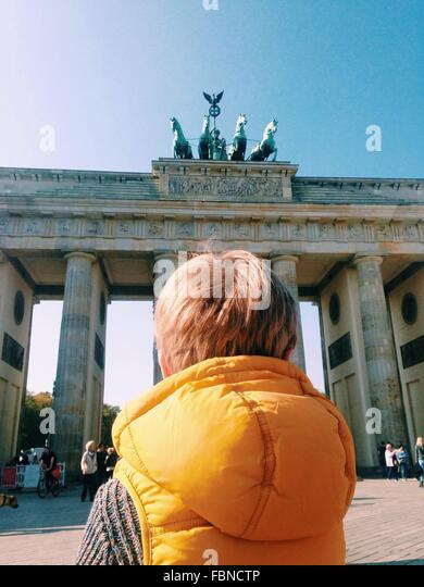 Junge in der Nähe ein Denkmal Stockbild