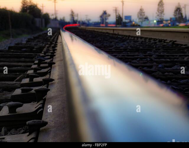 Oberflächenniveau der Eisenbahnstrecke in der Abenddämmerung Stockbild