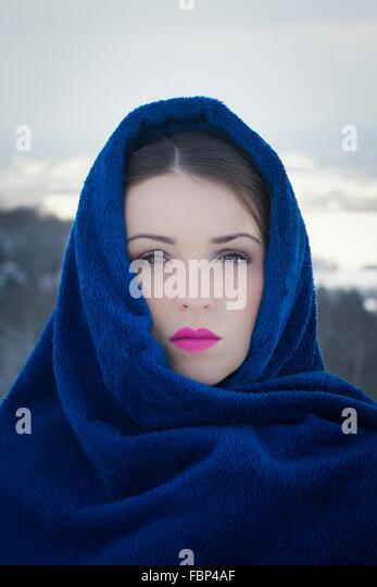 Portrait Of Beautiful Woman, bedeckt mit Kopftuch im freien Stockbild