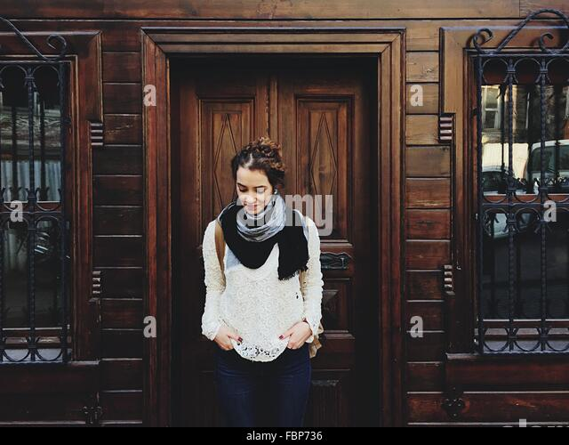 Porträt der jungen Frau vor Holzgebäude Stockbild