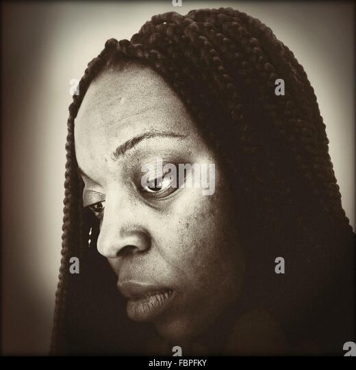 Porträt der Frau auf der Suche nach unten Stockbild