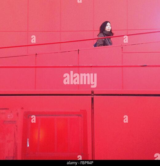 Frau auf roten Treppe Stockbild