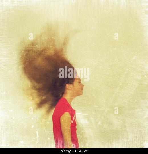 Seitenansicht des Mädchens mit zerzausten Haaren Stockbild