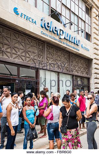 Kubaner Schlange außerhalb ETECSA, die im Besitz der Regierung Telekommunikations-Unternehmen in der Karibik Stockbild