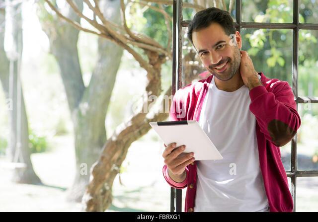 Mann mit digital-Tablette zu Hause Stockbild