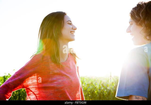 Junges Paar im Chat Stockbild