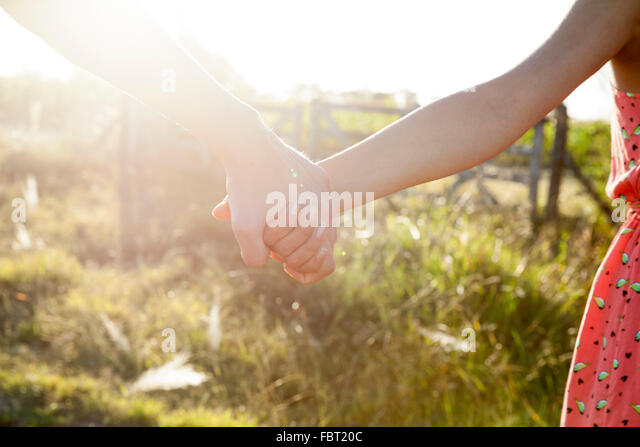 Paar Hand in Hand, close-up Stockbild