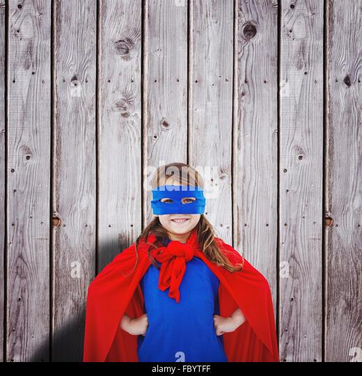 Zusammengesetztes Bild des maskierten Mädchen vorgibt, Superheld Stockbild