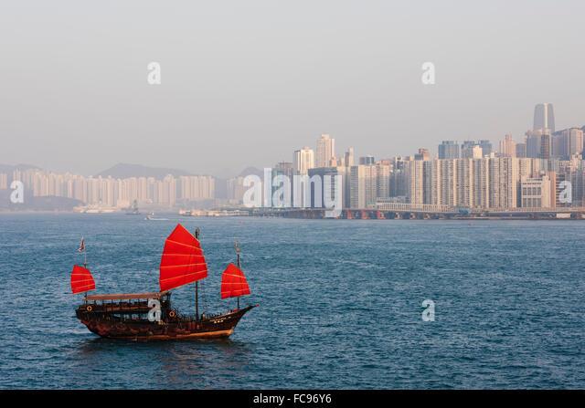 Chinesisch (traditionell) Junk-Segeln im Hafen von Hongkong, Hong Kong, China, Asien Stockbild