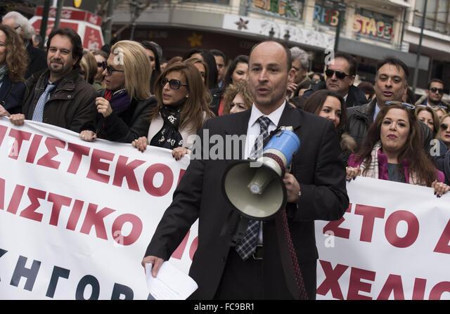 Athen, Griechenland. 21. Januar 2016. Geeignet, Juristen und Ingenieure schreien Parolen wie sie gegen die bevorstehende Stockbild