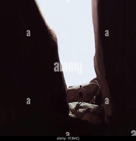 Mann, der inmitten der Rocky Mountains gegen klaren Himmel Stockbild