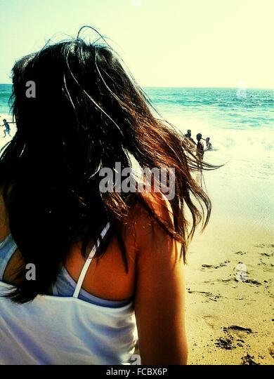 Frau am Strand Stockbild