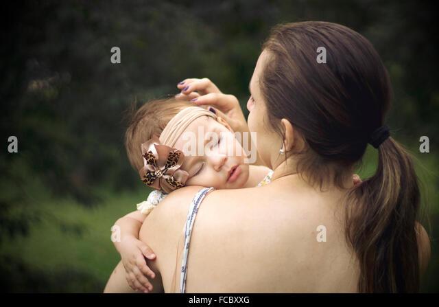 Close-up Rückansicht einer Mutter mit Baby im freien Stockbild