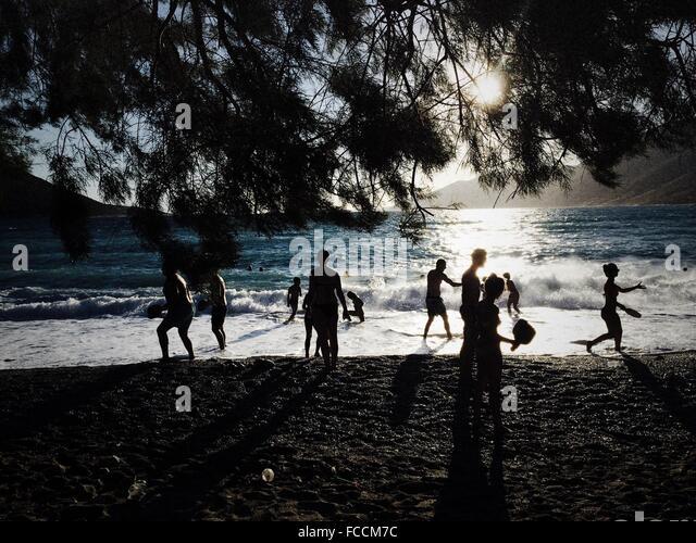 Menschen am Strand genießen Stockbild