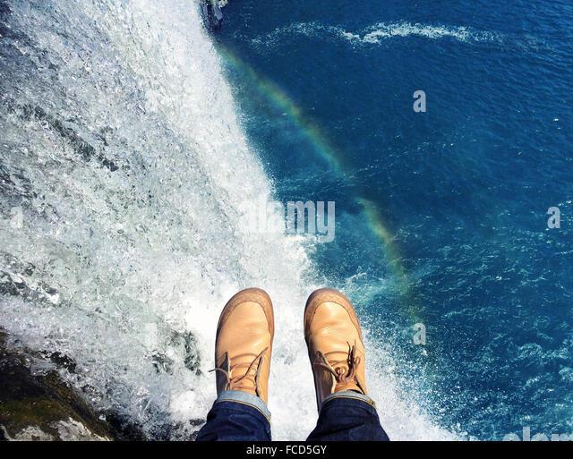Niedrige Abschnitt über Mann gegen Blauwasser Stockbild