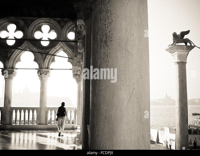 Voller Länge Rückansicht der Frau zu Fuß im historischen Gebäude Stockbild