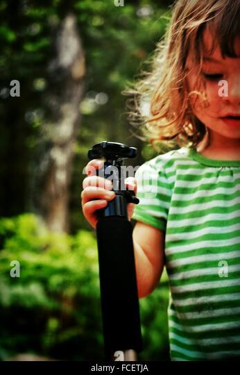 Mädchen mit Flasche im Park Stockbild