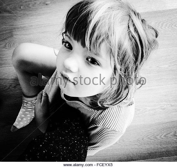 High Angle View Of ein Mädchen sitzt auf Etage Stockbild