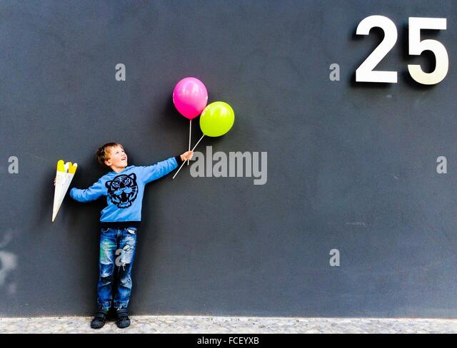 Junge mit Luftballons Stockbild