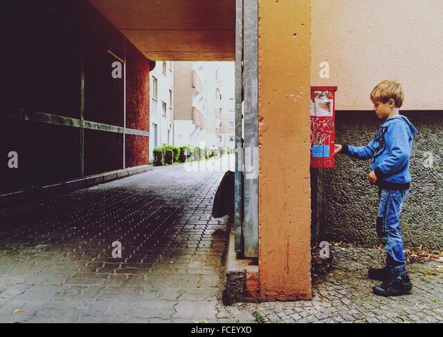 Junge, setzen von Buchstaben In einem Postfach Stockbild