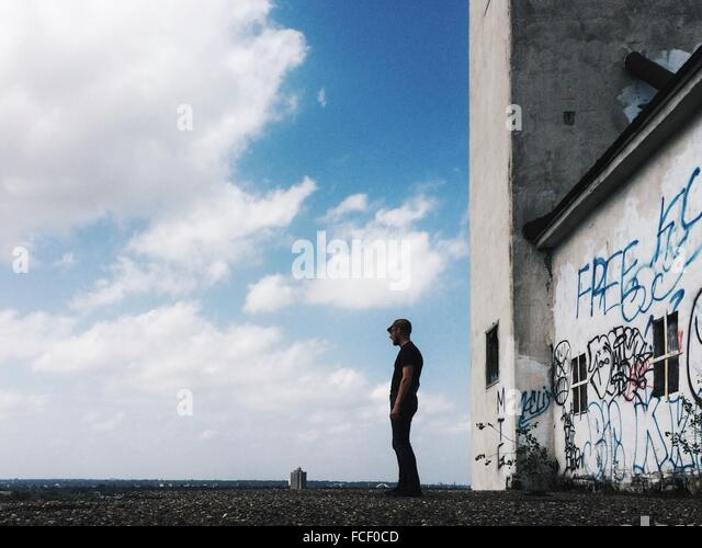 Mann stand vor Altbau Stockbild