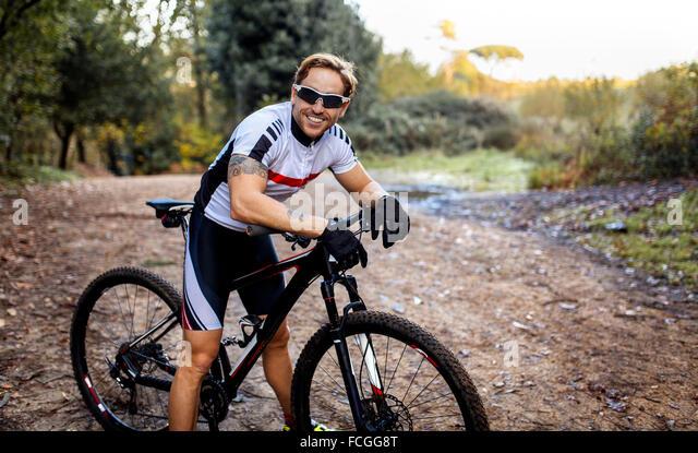 Porträt des Lächelns Mountainbiker fahren in der Natur Stockbild