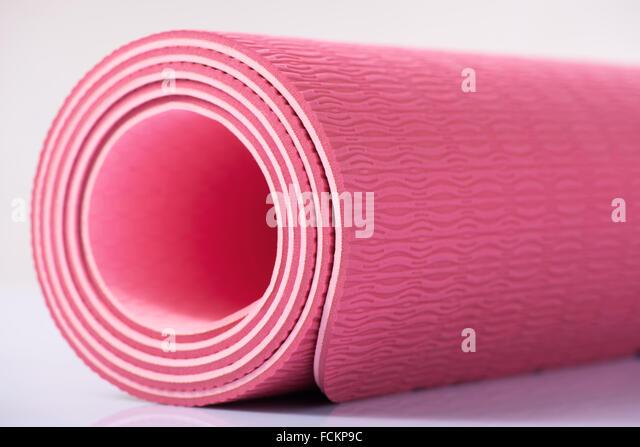 Yoga-Matte ist auf der Oberfläche. Stockbild