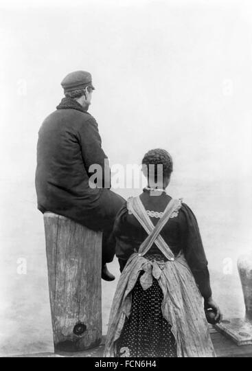 Ellis Island Immigrantst. Zwei Einwanderer (?) auf dem Dock auf Ellis Island, New York, NY, c.1912. Das Originalfoto Stockbild