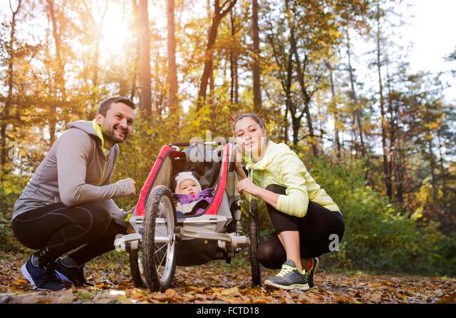 Junge Familie in der Natur Stockbild