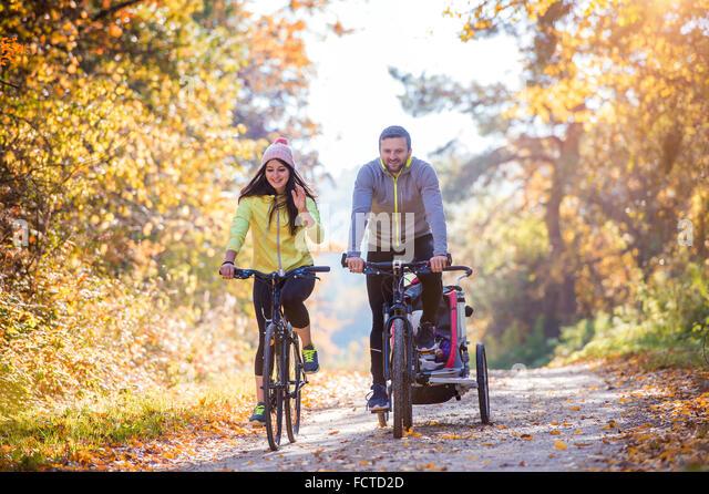 Junge Familie Radfahren Stockbild