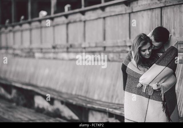 Junges Paar in Plaid gewickelt - Stock-Bilder