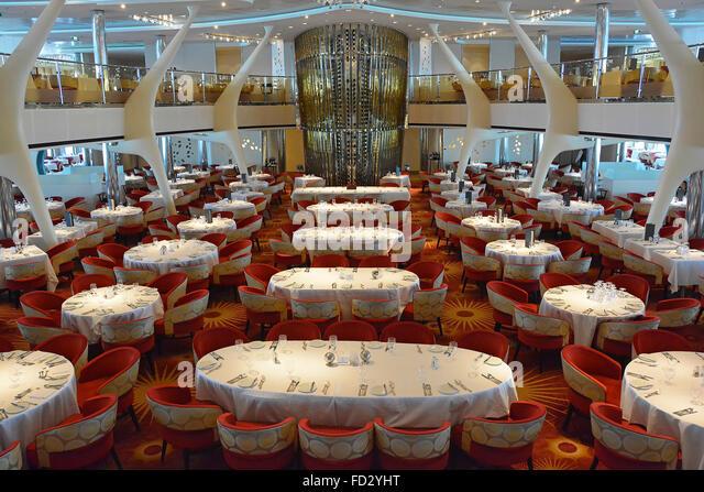 Kreuzfahrt Schiff Restauranttische für das Abendessen vorbereitet Stockbild