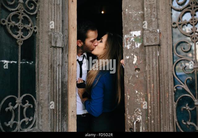 Mann und Frau posiert in Tür Stockbild