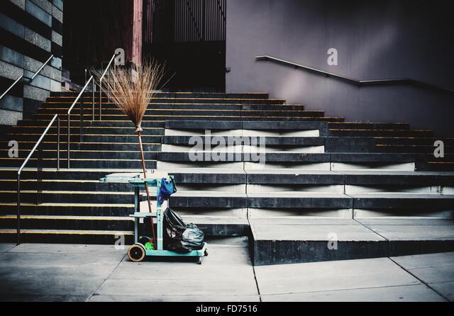 Reinigung von Einkaufswagen auf Bürgersteig Stockbild