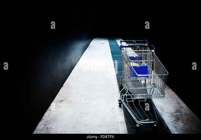 Verlassenes Shopping Carts auf Metall Rost In Gasse Stockbild
