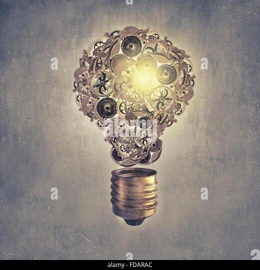 Glühbirne-Konzept mit Zahnräder im Inneren auf Zement-Hintergrund Stockbild