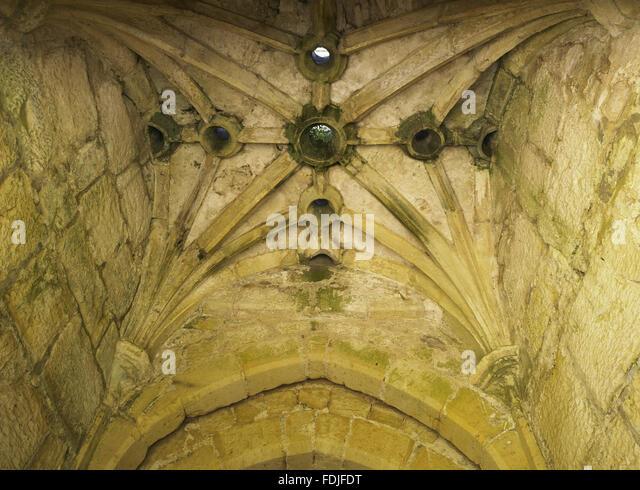 Löcher in der gewölbten Celing des Torhauses in Bodiam Castle, East Sussex, Bj. 1385-1388 zu ermorden. Stockbild