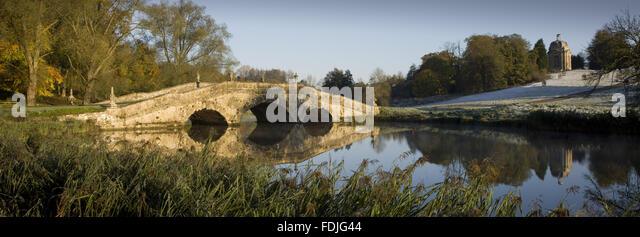 Panoramasicht auf die Oxford-Brücke an einem frostigen Tag in Stowe Landscape Gardens, Buckinghamshire. Stockbild