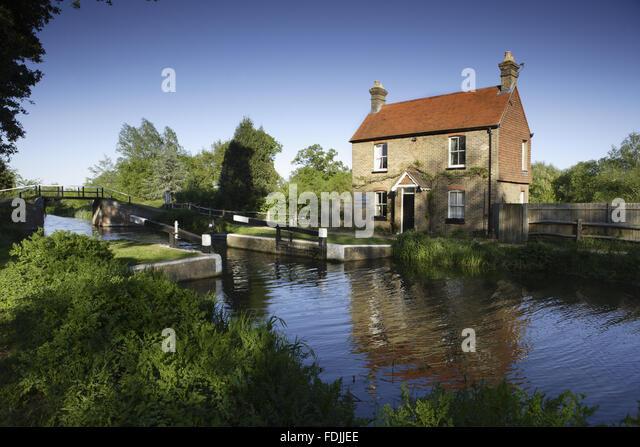 Walsham Gates und der Schleusenwärter Ferienhaus am Fluss Wey Navigationen, Surrey. Stockbild