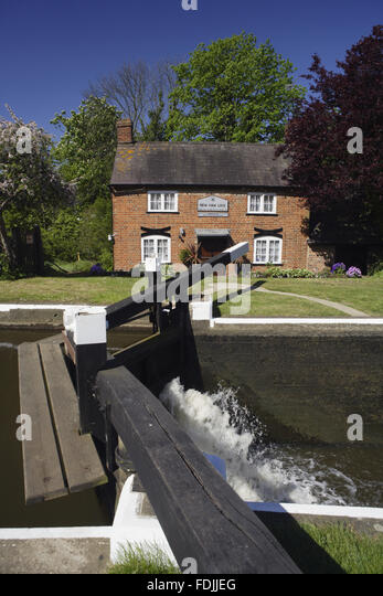 Neue Haw-Schleuse und der Hüter-Hütte am Fluss Wey Navigationen, Surrey. Stockbild