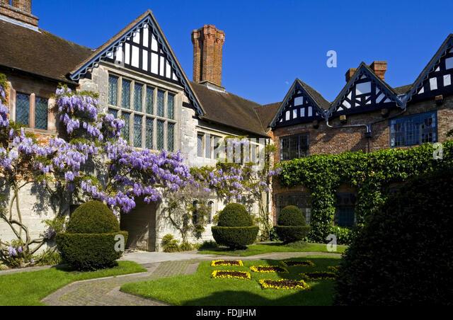 Der Hof in Baddesley Clinton, Warwickshire, mit Blick auf das Torhaus Reichweite und herrliche große Stube Stockbild