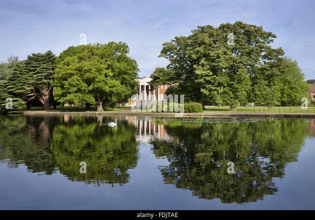 Blick über den See in Richtung der Ostfassade mit der 'transparent' Portikus am Osterley, Middlesex. Stockbild