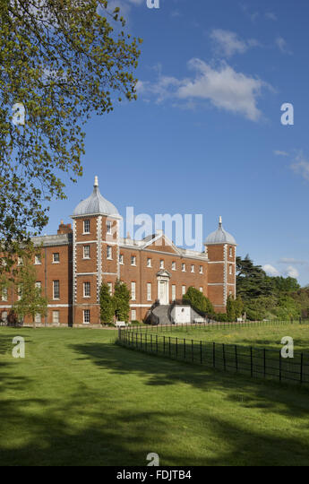 Schrägansicht des Westens oder der Garten vor dem Haus mit geschwungenen Treppe am Osterley, Middlesex. Das Stockbild