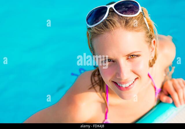 Schöne junge Frau im Schwimmbad Stockbild